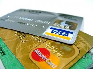 visa mastercard 300x225 La Unión Europea propone limitar las comisiones de las tarjetas bancarias
