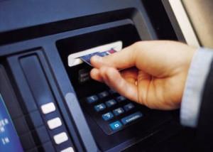 cajero automtico 300x214 La reforma de la Ley de servicios de pago evita la doble comisión en los cajeros