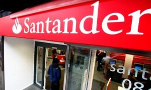 santander banco bloomberg 300x180 Condenan a Banco Santander a devolver 50.000 euros por no informar de los riesgos de un bono estructurado