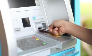 """cajero 300x183 La CNMC alerta del riesgo de la """"guerra de cajeros"""" para la pequeña banca: puede quedar """"descolgada"""""""