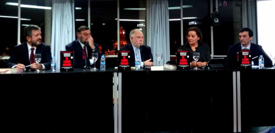 """presentación Libro negro participantes El """"Libro Negro"""" de Ernesto Ekaizer, nuevo manual de consulta sobre la crisis de Bankia"""