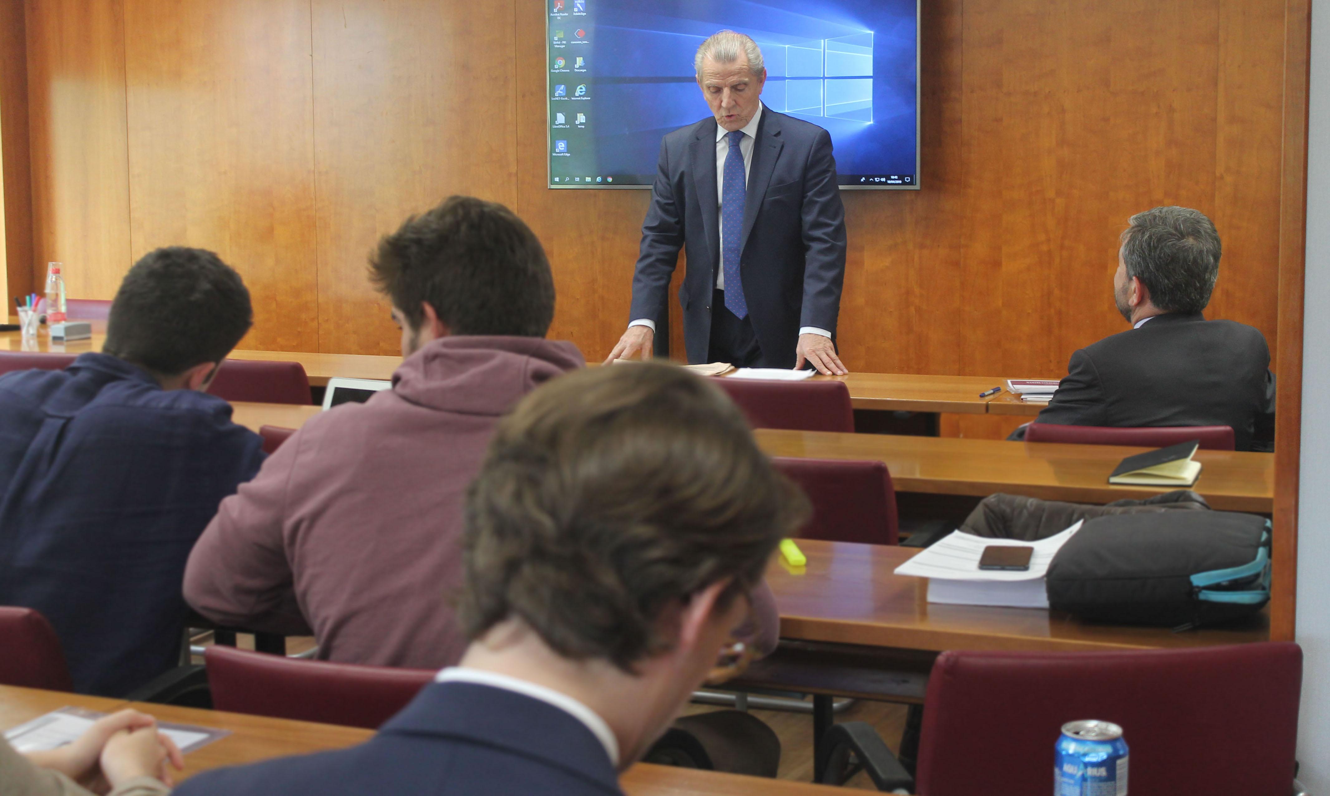 Manuel Conthe alumnos  Manuel Conthe clausura el VIII Curso Especial en Derecho del Mercado Financiero y Fintech